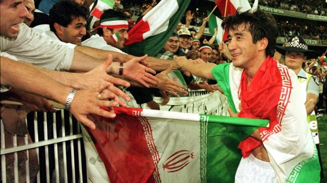 Risultati immagini per زنان در ایران برای اولینبار در آذرماه 76 توانستند در مراسم استقبال از تیم ملی فوتبال که در دیداری حماسی برابر استرالیا، جواز حضور در جام جهانی 98 .