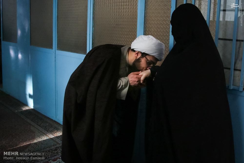عکس/ بوسه روحانی بر دست مادر