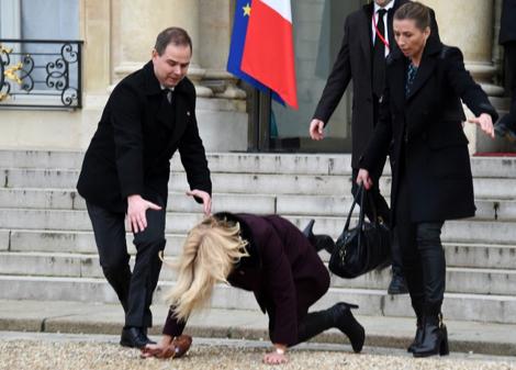 کفش پاشنهبلند نخستوزیر را زمینزد +عکس