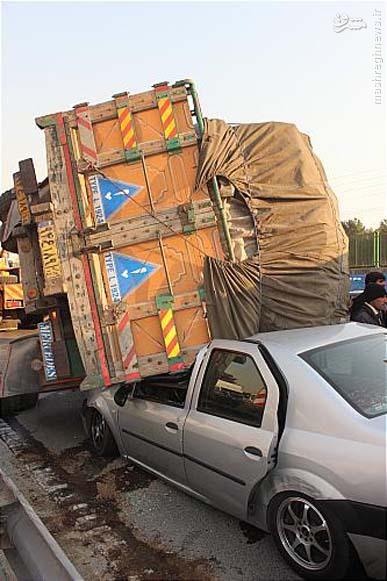 واژگونی کامیون بر روی خودرو حادثه آفرید
