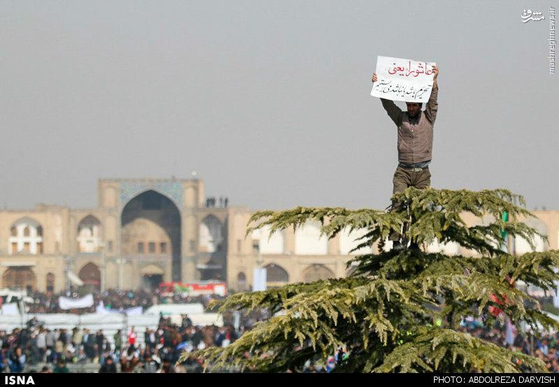عکس/ دست نوشته پرمفهوم در مقابل رئیسجمهور