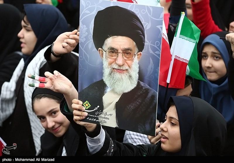 آغاز رسمی سیوهفتمین بهار انقلاب/ یوم الله ٢٢ بهمن روز وحدت جناحهای سیاسی/ ماکت کوچک پهپاد RQ170 ایرانی در دست کودکان