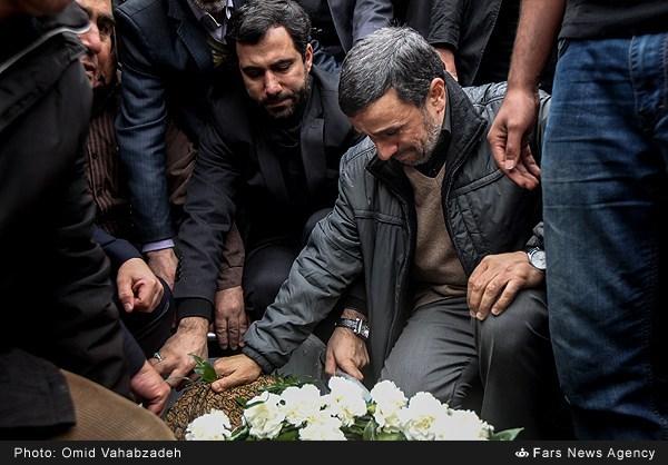 عکس/ بغض احمدی نژاد در وداع با مادر