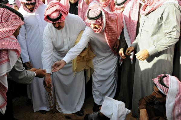 عکس/ گریه وهابیون در زیارت قبر ملک عبدالله