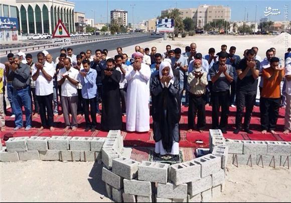 اصرار بحرینیها بر اقامه نماز در مساجد تخریبشده+عکس