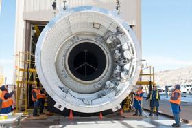 آزمایش بزرگترین موشک سوخت جامد جهان +عکس