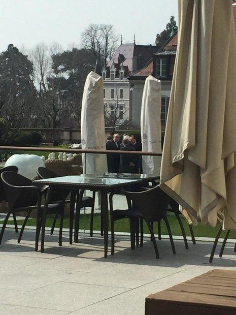 عکس/ گفتگوی ایرانیها در حیاط هتل