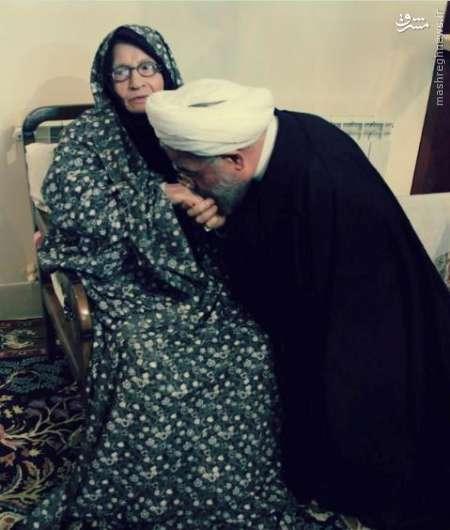عکس/ رئیس جمهور در حال بوسیدن دست مادر