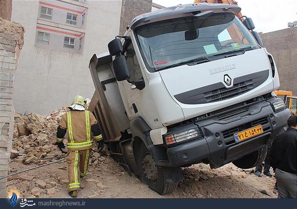 زمین گودبرداری شده کامیون را بلعید