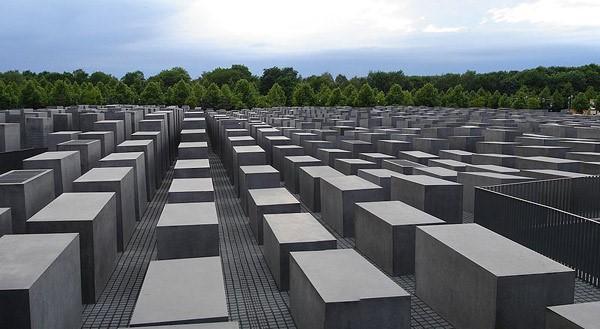 چرا باید معمار مُبَلِغ هولوکاست به ایران بیاید؟+تصاویر