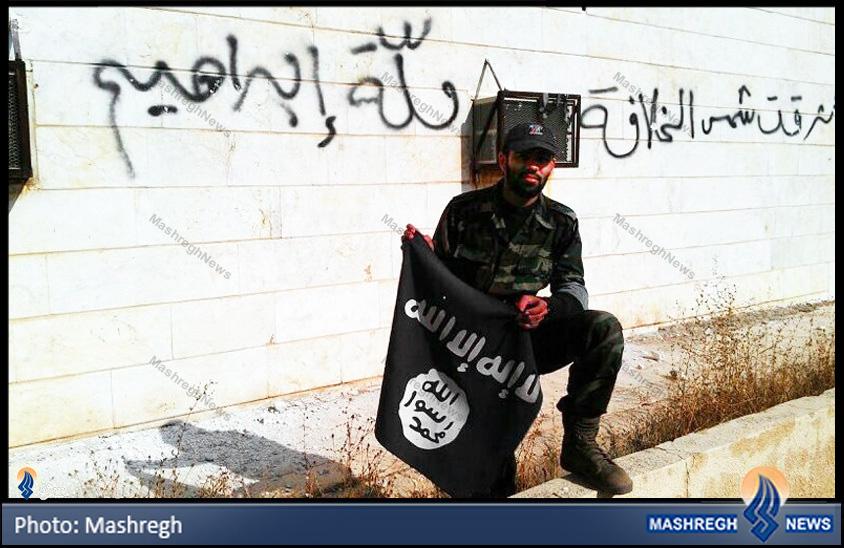 تصاویر / به زیر کشیدن پرچم داعش توسط مدافع حرم