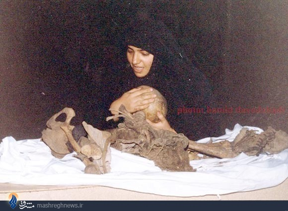 عکس/ سر یک شهید در دستان همسرش
