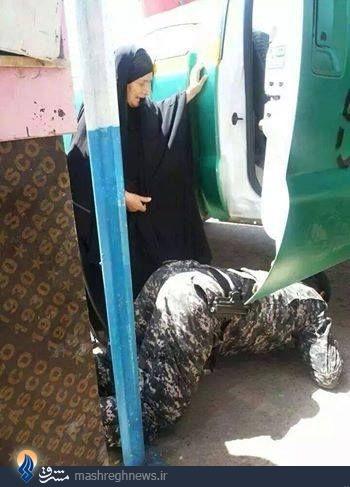 عکس/پله شدن سرباز عراقی برای پیرزن