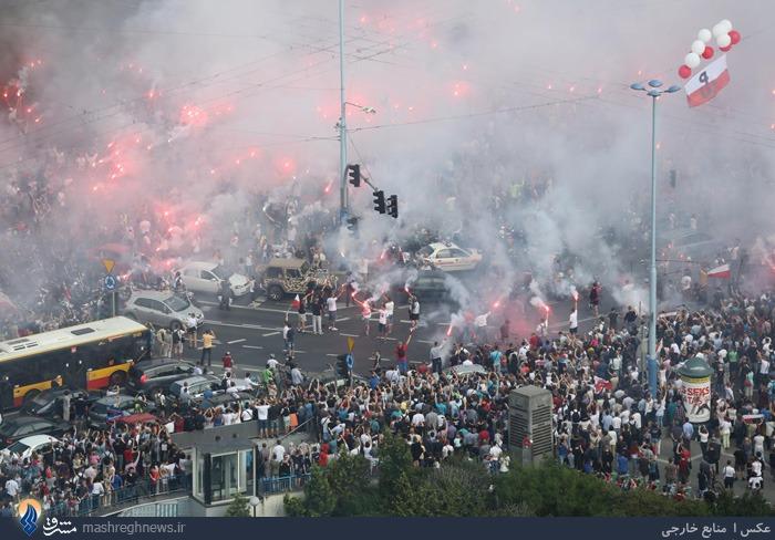جشن خیابانی مردم شهر ورشو در سالروز پیروزی ارتش این کشور بر ارتش نازیها