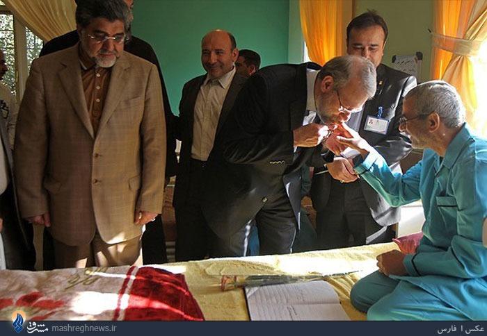 عکس/ دستانی که رئیس مجلس برآن بوسه زد