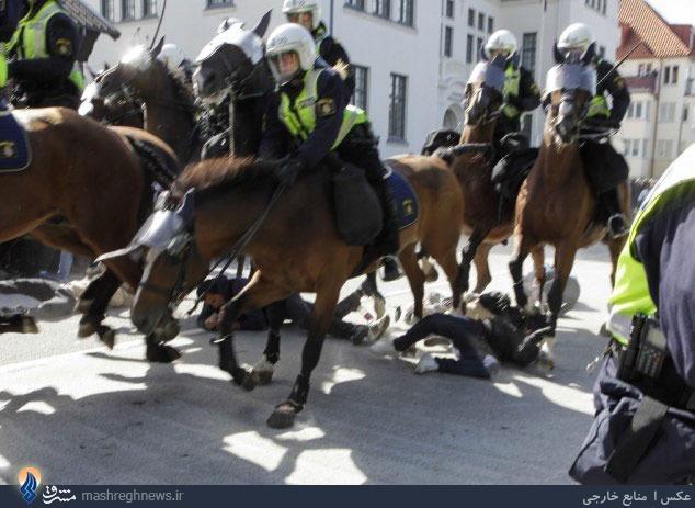 عکس/ حمله پلیس اسب سوار به مردم
