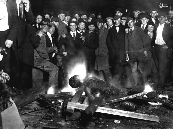 عکس دسته جمعی با جسد سیاهپوست سوزانده شده