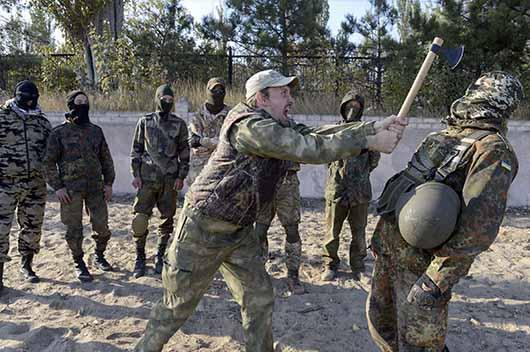 عکس/ شوخی تبری در تمرین نظامی