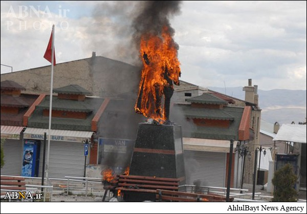 به آتش کشیدن مجسمه آتاتورک +عکس