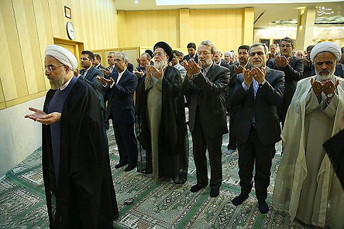 عکس/اقتدای نمایندگان مجلس به روحانی
