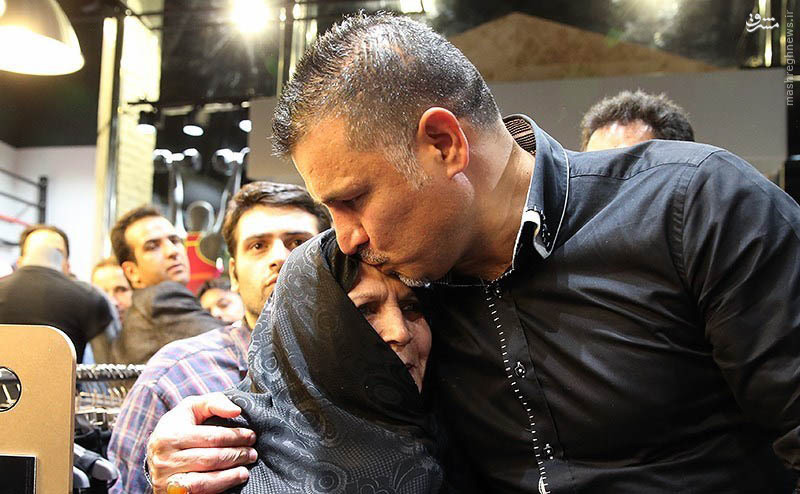 عکس/بوسه شهریار بر پیشانی مادرش