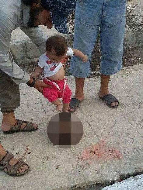 عکس/ بازی کودک داعشی با سر بُریده