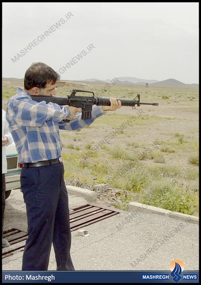 عکس/ دانشمندِ مسلح به M-16