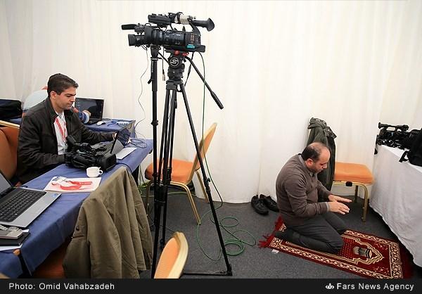 نماز خبرنگار در چادر خبرنگاران در وین