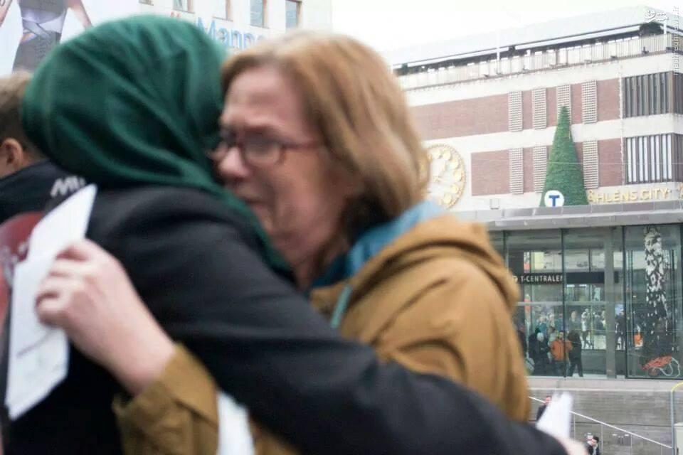 عکس/گریستن  زن سوئدی با شنیدن ماجرای حسین(ع)