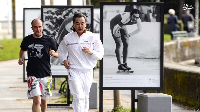 عکس/ دویدن وزیر خارجه چین در خیابانهای سوئیس