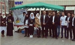 پیام رهبر انقلاب در دستان جوانان کلن