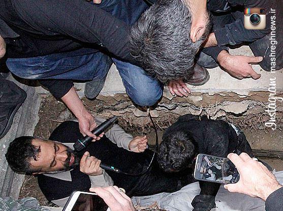 عکس/ مداحی محمود کریمی در قبر شهید سیاوشی