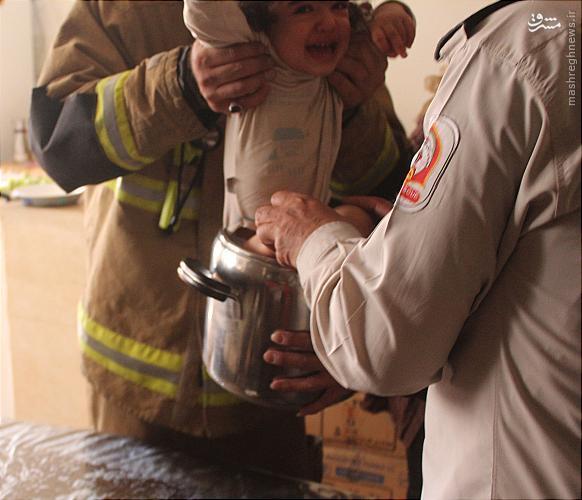 عکس/ نجات کودک بازیگوش از درون زودپز
