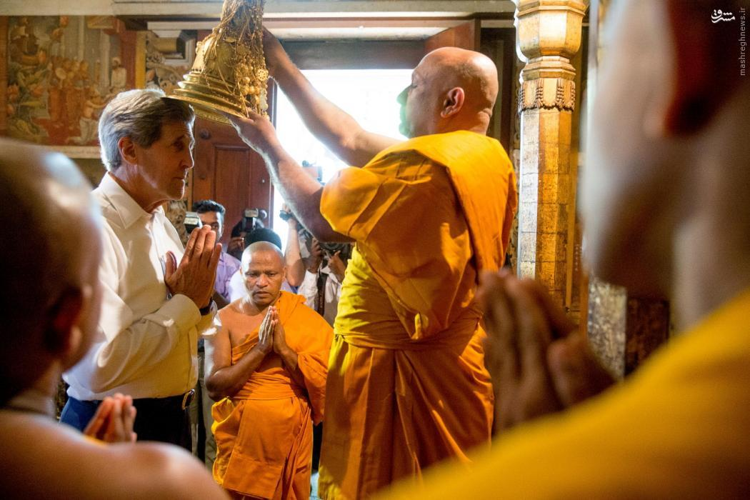 عکس/جان کری در معبد بودائیان