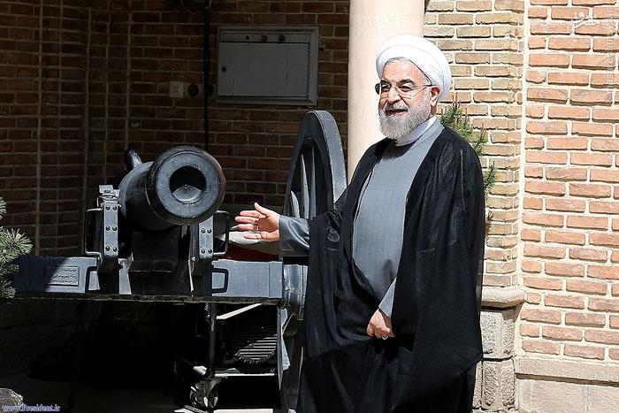 عکس/ روحانی کنار توپ جنگی