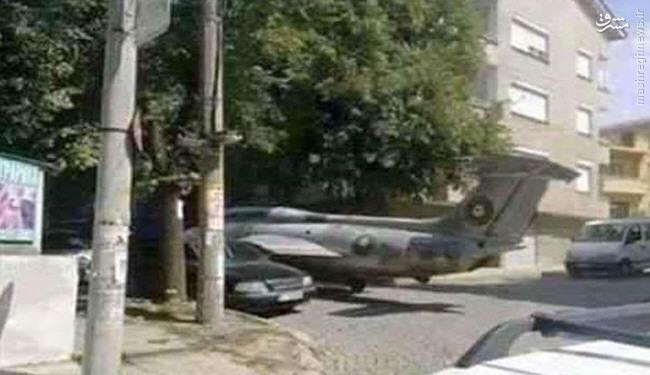 عکس/ هواپیمای جنگی در پارکینگ منزل!دسته بندی مطلب : عکسنذیرنیوز / کابران شبکه های اجتماعی با انتشار تصویری از یک هواپیمای جنگی قدیمی که در کنار خانه ای پارک شده، آن را متعلق به یک شهروند اهل لیبی دانستند که مدتهاست در کنار منزل وی قرار دارد.