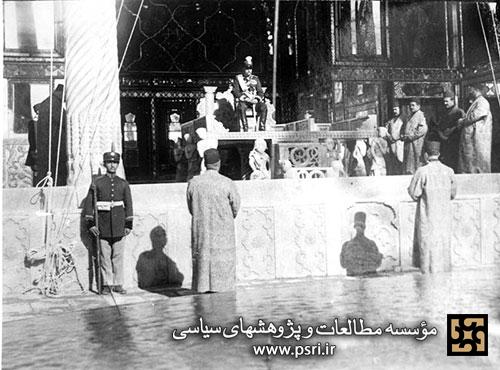 عکس/جلوس یک دیکتاتور بر تخت پادشاهی