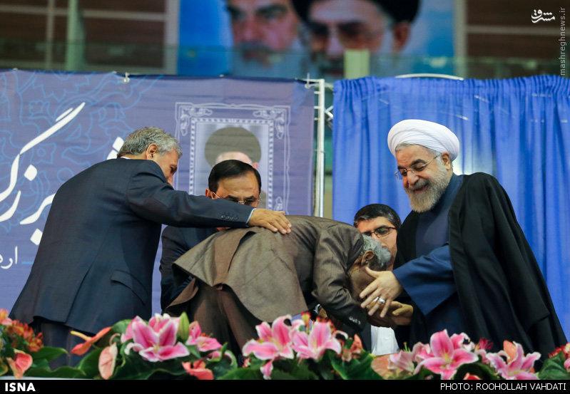 عکس/ بوسه کارگری بر دستان روحانی