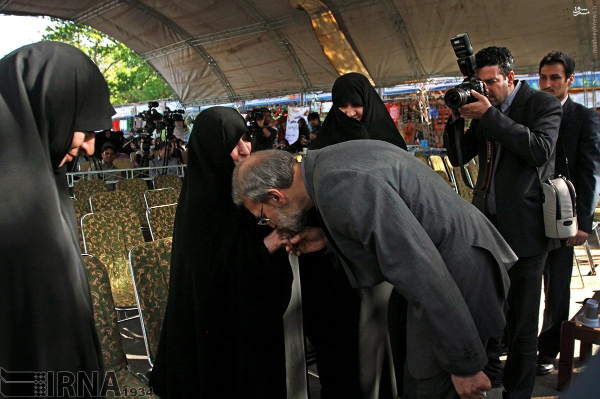 عکس/ بوسه لاریجانی بر دستان مادر همسر