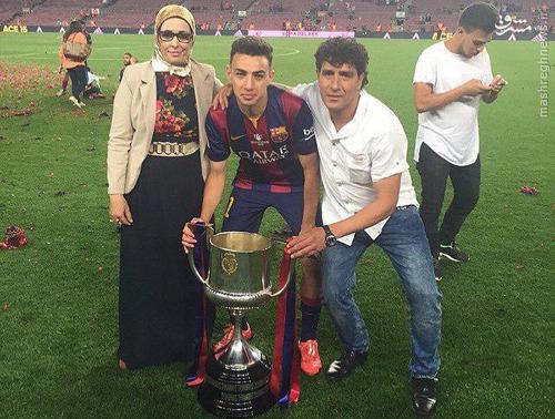 عکس:شادی بازیکن بارسا به همراه مادر محجبه اش
