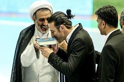 تحلیل گاردین از بوسه کاپیتان مسیحی ایران بر کتاب مقدس مسلمانان