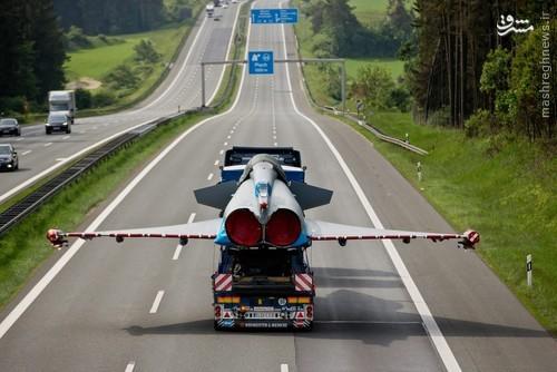 عکس - حمل جت جنگنده در بزرگراه!
