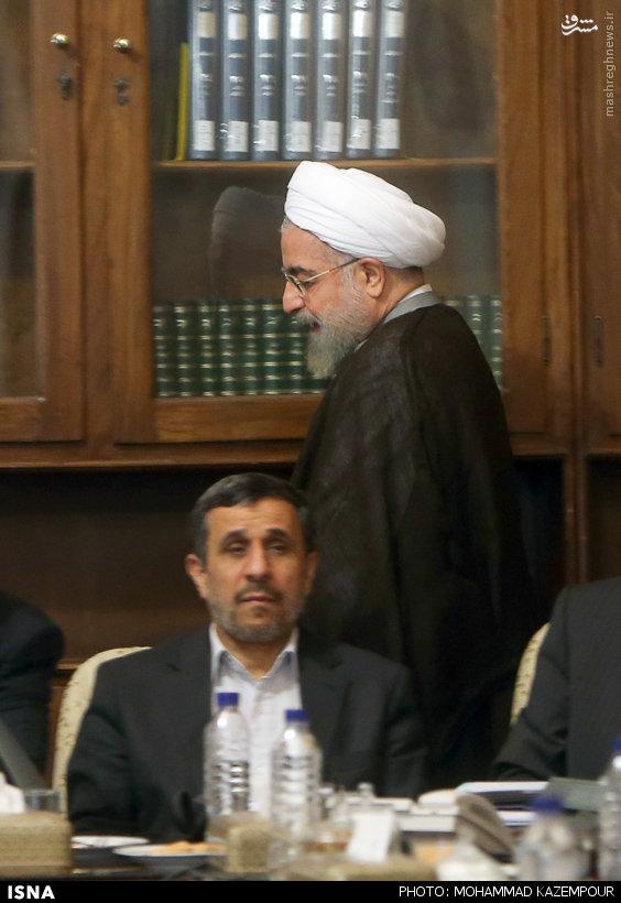 عکس/گذر روحانی از پشت احمدی نژاد
