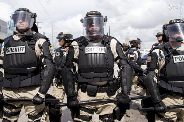 پلیس وحشی آمریکا با چه ابزاری به جان مردم بیگناه میافتد؟  /// در حال انجام ///