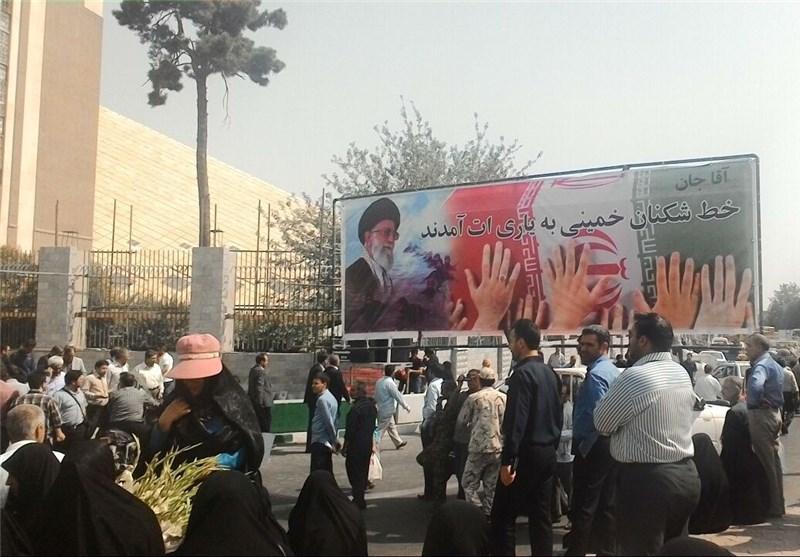 حضور مردم در میدان بهارستان/از حمل دست نوشتههای حسن باقری توسط یک پسربچه تا حضور مادران شهدا با صندلیهای تاشو