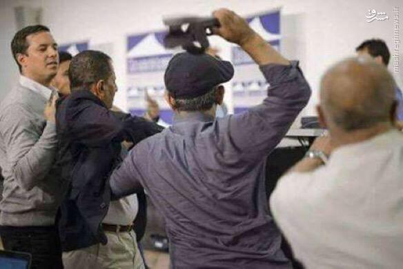 پرتاب کفش به سمت هیئت انصار الله در ژنو+تصاویر