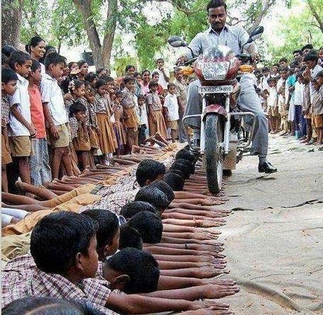 عکس/ تنبیه وحشتناک یک معلمنما