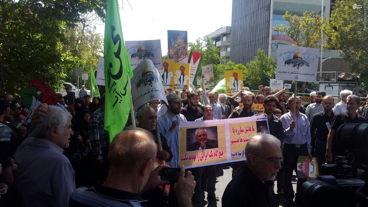 عکس/ پلاکارد جمله کوبنده ظریف در راهپیمایی روز قدس