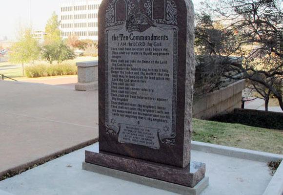 مجسمه شیطان کنار یادبود قانون اساسی آمریکا