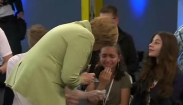 پناهندگی آلمان به دختری که مرکل او را گریانده بود